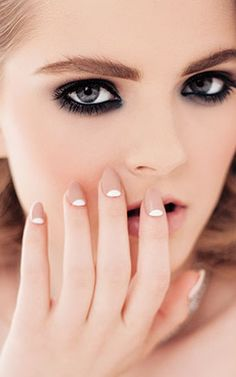 Smokey eyes + nude nails