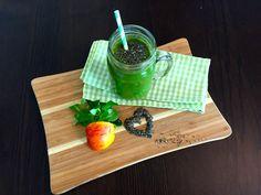 Chia-Samen Smoothie mit Äpfel, Feldsalat, 2 EL Chia-Samen, Zimt und Wasser. Rezept von: http://www.gruene-smoothies.info/