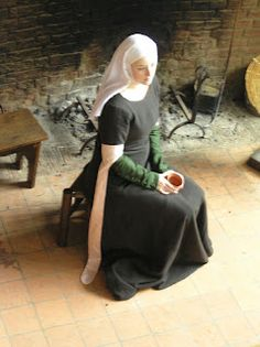 Medieval Silkwork: clothing (My idea of Isabella from Measure for Measure) Medieval Party, Medieval Costume, Medieval Dress, Medieval Fair, Medieval Fashion, Medieval Clothing, Historical Clothing, Historical Costume, Medieval World