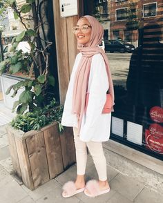 Hijab + Pink and Creme + Furry Slippers (sauf.etc) Hijab + Pink and Creme + Furry Slippers (sauf. Hijab Fashion Summer, Modern Hijab Fashion, Street Hijab Fashion, Hijab Fashion Inspiration, Muslim Fashion, Modest Fashion, Fashion Outfits, Modest Outfits Muslim, Pink Fashion