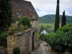 Beynac-et-Cazenac: House and sloping narrow street with view of the Dordogne valley (river), in Périgord - France-Voyage.com