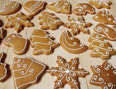 Lemon Foam: Gingerbread pečení a zdobení Christmas Biscuits, Christmas Tree Cookies, Iced Cookies, Christmas Sweets, Christmas Gingerbread, Christmas Mood, Christmas Desserts, Holiday Treats, Christmas Baking