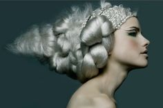 avant garde hair with contrasted giant and mini braids in silver white hair. Its a really good modern interpretation of vintage hair with a futuristic twist. Crazy Hair, Big Hair, Creative Hairstyles, Cool Hairstyles, Silver White Hair, Avant Garde Hair, Foto Fashion, Fashion Hair, High Fashion