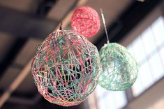 Post image for Home Décor DIY: Thought Bubbles. Just string with glue and around a balloon to make a beautiful decoration! Diy Craft Projects, Diy And Crafts, Crafts For Kids, Adult Crafts, Yarn Lanterns, Balloon Lanterns, Yarn Balloon, String Balloons, Free People Blog