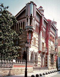 Gaudí Casa Vicens Casa Vicens ligt aan de Carrer de les Carolines en is in 1883 gebouwd.
