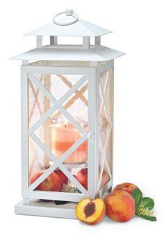 Die Laterne Lattice mit einem GloLite Duftwachsglas von PartyLite im NEUEN Duft Pfirsich-Honig-Zitronella ist ein Hingucker für jede Terasse und bringt sofort sommerliche Stimmung! #lattice #partylite