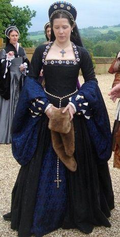 16世紀ルネッサンス貴族女性。イタリアから全ヨーロッパへ。Sopraveste(ソプラヴェステ)=長袖のワンピース。 Robe(ローブ)ともいい、腰から下のスカート部分は大きく広がっている。   襟ぐり。若い女性の着るソプラヴェステの襟ぐりは   大抵大きく広がっているが年配者は首まで隠しているデザインを選ぶ。若い女性でも、威厳を重視する場合(女王として登場する時など)は、襟ぐりを広げすぎることはない。 ウェストのくびれの位置は自然になっている。ルネサンス以前の衣装は、  バストのすぐ下あたりにウェストのくびれがあり、そこからすぐスカートが広がるという不自然なものだった。 ボルサ(伊Borsa)=女性の衣装にはポケットがないため、ベルトの紐の先にボルサという巾着袋をぶら下げて小物を入れておく。紐の両端に一つずつボルサをぶら下げている人もたくさんいた。中には、片方はボルサ、片方には扇をつけていた例もある。1540s gown, reproduction