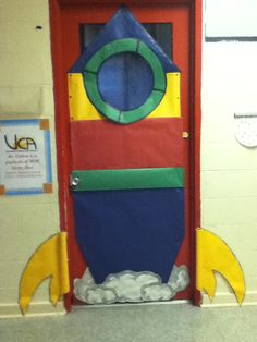 Talking about the Solar System, what a great way to make students feel like everyday at our classroom is at adventure out of space. Door decoration..