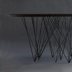 Jonas Rylander a imaginé une table aux 60 pieds pour un meuble au design unique. Un plateau en bois massif repose sur de nombreux pieds métalliques disposés en bouquets et s'ouvrant vers le haut. ...