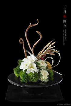 【募集】お正月飾りレッスン2015|スタイルのある暮らし It's FLORAL NEW YORK Style… Contemporary Flower Arrangements, Small Flower Arrangements, Ikebana Flower Arrangement, Ikebana Arrangements, Silk Floral Arrangements, Floral Centerpieces, Deco Floral, Arte Floral, How To Preserve Flowers