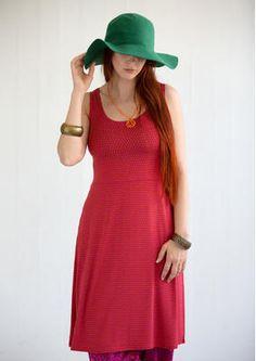 """Kleid """"Timjan"""" aus Micromodal/Elasthan Kleid """"Timjan"""" aus Micromodal/Elasthan Unser bequemes Unterkleid hat sich zu einem beliebten Dauerbrenner entwickelt! In dieser Saison ist es mit Pünktchen übersät und daher sehr schön solo zu tragen, passt aber natürlich auch über ein Langarm- oder Kurzarmshirt. Figurnahe Passform Länge/M 96 cm Artikelnummer 50704 Reduzierter Preis: 36,- € Originalpreis: 48,- € Ersparnis: 25 % 50704-31.jpg dalarot"""