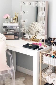 Do you have a makeup vanity table, a special nook for beautifying? There are many designs, but we have chosen the most popular ones to inspire you. #makeupvanity #makeup #vanitydesk #vanitymirror #makeupvanityset