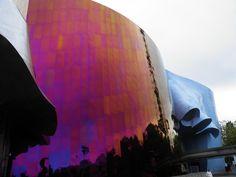Architectuur: EMP museum (Experience Music Project) in Seattle. de kleur paars staat voor Jimi Hendrix. Alle vormen die in de buitenkant verwerkt zijn moeten vervormde gitaren voorstellen