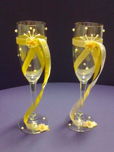 Pin by Alba Tejeda on Copas Wedding Toasting Glasses, Wedding Champagne Flutes, Wine Glass Crafts, Wine Bottle Crafts, Wine Glass Designs, Decorated Wine Glasses, Wedding Crafts, Bottles And Jars, Diy And Crafts