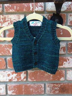 Ravelry: Diane soucy tarafından # 1301 Bebek Yelek desen Projesi Galeri projects for kids boys Baby Vests pattern by Diane Soucy Baby Boy Knitting, Knitting For Kids, Baby Cardigan, Ravelry, Crochet Baby, Knit Crochet, Knit Vest Pattern, Diana, Knitwear