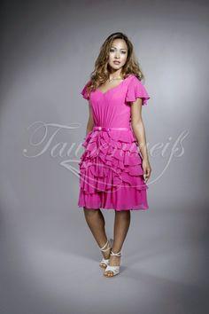 Pink Passion TWPP01: Dieses jugendlich anmutende Brautjungfernkleid aus Chiffon mit wellenartig drapierten Volants am Rock und zarten Ärmelchen präsentiert das übergreifende Motto dieser Linie als schlichtes Taillenband mit Doppelschleife und Strass.