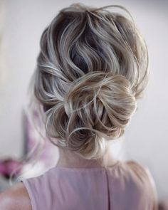 wedding bun hairstyles curly low bun on medium blonde hair tonyastylist Bun hairstyles are the most popular wedding hairdos. They are good for different hair length. Get inspired with our collection of wedding bun hairstyles. Hairdo Wedding, Holiday Hairstyles, Wedding Hairstyles For Long Hair, Bridal Updo, Party Hairstyles, Wedding Hair And Makeup, Braided Hairstyles, Hairstyle Ideas, Bridal Braids