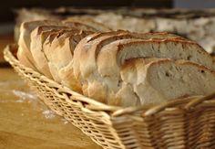 Dieses leckere Brot ist wirklich ganz einfach herzustellen und es schmeckt uns wirklich sehr gut. Es ist sanft im Geschmack, gut geeignet für Süßes wie Marmelade, aber auch für Herzhaftes wie Käse oder Aufschnitt. Der Teig ist schnell gemacht, danach muss er nur noch 40 Min gehen, zu einem Brot geformt und in den... Weiterlesen