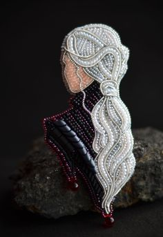 Daenerys Porträt Brosche Custom Brosche Game of Thrones Targarien - Daenerys v. Daenerys Porträt Brosche Custom Brosche Game of Thrones Targarien – Daenerys vom Haus von Targa Bead Embroidery Jewelry, Fabric Jewelry, Beaded Embroidery, Hand Embroidery, Embroidery Designs, Bead Embroidery Patterns, Beaded Brooch, Beaded Earrings, Beaded Jewelry