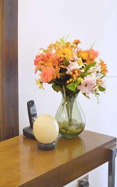 Recibidor estilo fusión - Madera - Accesorios - Huevo - Florero - Flores -Colores - Diseño - Decoración - Interiorismo