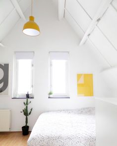 Scandinavian bedroom decor with yellow accents Modern Bedroom Design, Modern Interior Design, Nordic Interior, Interior Concept, Scandinavian Bedroom Decor, Scandinavian Interiors, White Interiors, Scandinavian Design, Small Space Living