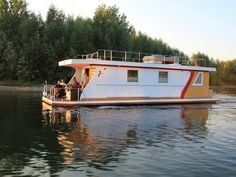 Waterhus Princess One Style At Home, Houseboat Living, Houseboat Ideas, Water House, Floating House, Logs, Sweet Home, Shed, Outdoor Structures