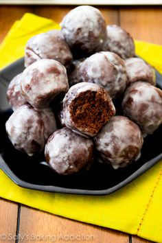 Moist chocolate donut holes baked not fried and thickly covered in a sweet glaze. Recipe @ sallysbakingaddic The post Glazed Chocolate Donut Holes Baked Donut Holes, Donut Hole Recipe, Doughnut Holes, Just Desserts, Delicious Desserts, Dessert Recipes, Yummy Food, Donut Recipes, Baking Recipes