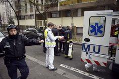 Fusillade de Charlie Hebdo : les réactions L'attentat perpétré à Paris, mercredi en fin de matinée, dans les locaux de l'hebdomadaire satirique Charlie Hebdo par deux hommes cagoulés et lourdement armés a fait au moins douze morts. Selon des témoins, les agresseurs ont crié «nous avons vengé le Prophète!» Les hommes politiques et le conseil du culte musulman notamment, ont condamné les faits.