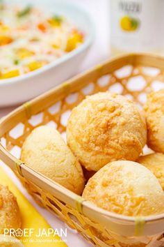 Mochi kaasbroodjes   Proef Japan Mochi, Cornbread, Hamburger, Ethnic Recipes, Food, Salads, Millet Bread, Essen, Burgers