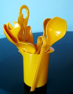 Yellow kitchen Utensils - My New Vintage Obsession Rosti. Mellow Yellow, Blue Yellow, Color Yellow, Yellow Kitchen Accessories, Yellow Cottage, Kitchen Colors, Kitchen Yellow, Shades Of Yellow, Turquoise