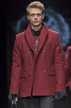(J. Lindeberg F/W 2014 Menswear) red Jacket with gloves are inspired by fox hunt. The designer used 3 buttons which is trend of 2014 menswear.