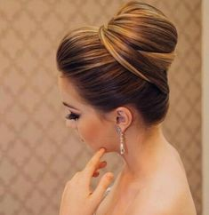 What's the Difference Between a Bun and a Chignon? - How to Do a Chignon Bun – Easy Chignon Hair Tutorial - The Trending Hairstyle High Bun Hairstyles, Bride Hairstyles, Trendy Hairstyles, Bridesmaid Hair, Prom Hair, Wedding Hair And Makeup, Hair Makeup, Hair Wedding, Wedding Dress
