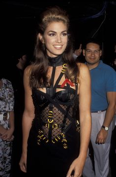 Model Cindy Crawford attends the Ninth Annual MTV Video Music Awards on September 9 1992 at the Pauley Pavilion UCLA in Westwood California 2000s Fashion, Vogue Fashion, Lady Gaga, 90s Models, Mtv Movie Awards, Music Awards, Kendall Jenner Outfits, Cindy Crawford, Red Carpet Dresses