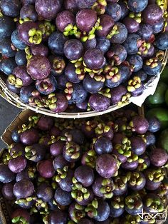 Davao City Food: Mangosteen. I love public markets, and this food (a fruit?) looks really cool. thus the repin ;) Visit Philippines, Philippines Travel, Durian Tree, Filipino Culture, Davao, Eat Fruit, Tropical Fruits, Healthy Options, Fruit Trees