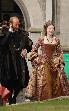 Another pinner said: Tudor Costume.looks like it was for a wedding Renaissance Mode, Renaissance Costume, Medieval Costume, Renaissance Clothing, Renaissance Fashion, Medieval Dress, Elizabethan Fashion, Tudor Costumes, Period Costumes