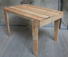 Mesa creada con pallets recuperados, de la colección de Artilujos.com #Mueblesreciclados #deco #upcycling #diseño