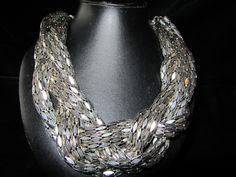 Wat een beauty vind u niet?  Een prachtig halssnoer opgebouwd uit meerder aluminium kettingen die zijn samengevlochten.