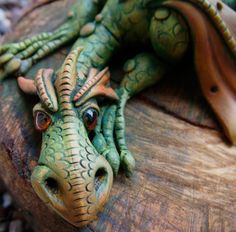 This dragon has a real personality. The eyes look good and I like the complete idea. And all the details... This one is made by feythcrafts.