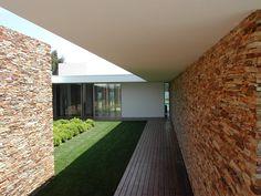 Casa na Quinta da Beloura por A.As, Arquitectos Associados, Lda | homify Casa Patio, Interior Minimalista, Courtyard House, Portuguese, Sidewalk, Windows, Madrid, House Ideas, Residential Architecture