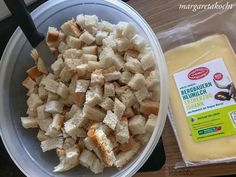altbackenes Brot in Würfel schneiden Feta, Cereal, Cheese, Breakfast, Leafy Salad, Finger Food Recipes, Chef Recipes, Brot, Food And Drinks