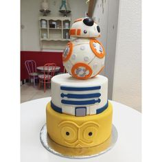 For all the Star Wars fans out there Greg Estrada - Star Wars Cake - Ideas of Star Wars Cake - For all the Star Wars fans out there Greg Estrada Star Wars Torte, Bolo Star Wars, Tema Star Wars, Star Wars Cake Toppers, Pretty Cakes, Cute Cakes, Beautiful Cakes, Amazing Cakes, R2d2 Cake