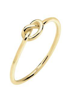 Total verknotet! Dieser niedliche Knoten-Ring aus 375 Gelbgold (9 Karat) ist ein modisches Must-Have für jede Fashionista. Der filigran gearbeitete Goldschmuck zeichnet sich durch eine schlanke Ringschiene aus, die dem stylishen Goldring zarte Leichtigkeit verleiht und so den kleinen Knoten in den Vordergrund bringt. Schmale Ringe mit Trendsymbolen sind ein absolutes Highlight und dürfen in die...