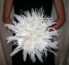 Bouquet de novia de plumas y cuentas de cristal -  Offbeat Wedding Bouquets