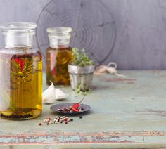 Kräuteröl, Knoblauchöl und Chiliöl schmecken zu frischem Brot gefährlich lecker. Wie Sie das Öl selbst ansetzen und worauf unbedingt zu achten ist.