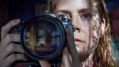 """A Netflix divulgou o trailer de A Mulher na Janela, filme protagonizado por Amy Adams. Na trama, apsicóloga infantil Anna Fox (Adams) sofre de agorafobia. Ela fica confinada em sua casa e começa a observar pela janela a vida dos vizinhos que moram na sua frente. Sua vida muda drasticamente quando ela testemunha um crime violento. """"Baseado no best-seller de Tracy Letts, este suspense psicológico revela segredos terríveis e mostra que ninguém é o que parece."""", diz a sinopse oficial. O Amy Adams, Jean Valjean, Felicity Jones, Laetitia Casta, Sam Claflin, Rachel Weisz, Netflix, Les Miserables, Jane Austen"""
