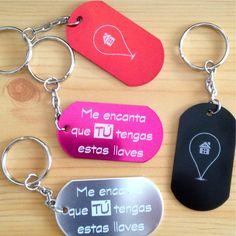 Este llavero metálico tiene en el frontal toda una declaración de intenciones: Me encanta que tú tengas estas llaves. Un llavero ideal para parejas.