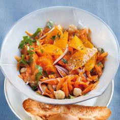 Ein Salat aus Möhren schmeckt besonders gut, wenn er wie hier fruchtiger Süße kombiniert wird.