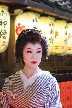 夢のようなお祭り。 5月13日の夜、祇園東の観亀神社において、例大祭の前夜祭、宵宮が行われました。 祇園東の芸舞妓さんが総出でお出迎えしてください...
