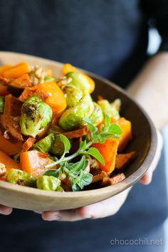 Paahdettua myskikurpitsaa, ruusukaaleja ja vegechorizoa  3-4 annosta  1 kg myskikurpitsaa 150 g ruusukaaleja 2 rkl oliiviöljyä 1 rkl agavesiirappia suolaa ja mustapippuria 1 Wheaty Gran Chorizo -vegemakkara kourallinen saksanpähkinöitä