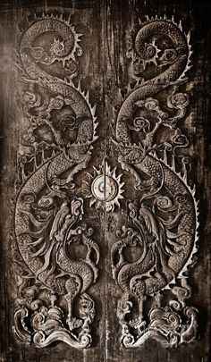 ♅ Detailed Doors to Drool Over ♅ art photographs of door knockers, hardware & portals - Antique wooden door Sculpt a Dragon God The age of approximately 200 years